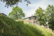 Moderen huis met blauwe lucht en gras