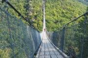 Wandelen over een lange hangbrug