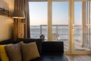 Vanuit de woonkamer in het strandhuisje heb je uitzicht op de zee