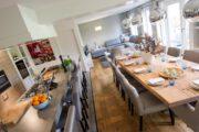 Gedekte lange eettafel in de groepsaccommodatie in Drenthe