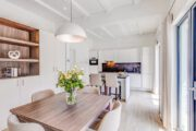 Modern en licht interieur van een vakantiehuis van Landal