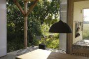 Eettafel met grote ramen en zicht op de tuin