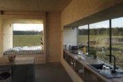Keuken voor het raam en bed voor een groot raam