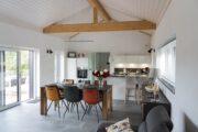Ruime woonkamer met eethoek en open keuken