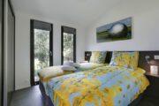 Slaapkamer met opgemaakt bed met bloemen dekbed