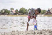 Spelen aan het water bij het zwemmeer op Hof van Saksen