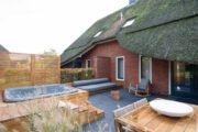 Rietgedekt vakantiehuis in Drenthe, met een jacuzzi in de tuin
