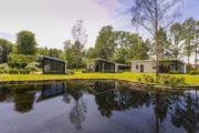 Lodges aan de waterkant in een groene omgeving