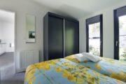 Slaapkamer in de lodge op het kleine vakantiepark