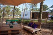 Terras met loungebanken gemaakt van palets