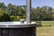 Hot tub met een fles bubbels op de rand
