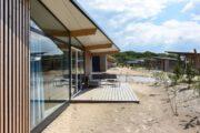 Glazen gevel van het vakantiehuis in Bloemendaal aan zee