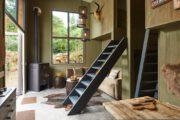 Tiny house met houtkachel en ingericht in natuurtinten