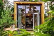 Tiny house met open deur naar het terras