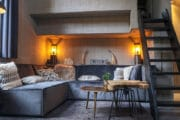 Hoekbank met kussens in het tiny house op de Veluwe