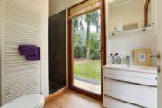Badkamer in het vakantiehuis in het bos