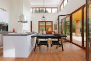 Kookeiland met eethoek en zithoek voor de grote ramen van de Woody Lodge