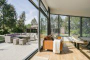 Geopende schuifpui in het luxe vakantiehuis in Twente
