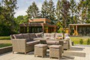 Loungebanken op het terras met op de achtergrond twee luxe vakantiehuizen