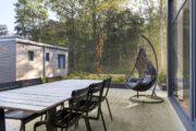 Terras met heerlijke hangstoel, favoriete plek tijdens je weekendje weg