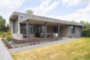Overdekt terras met hangstoel en luxe loungeset