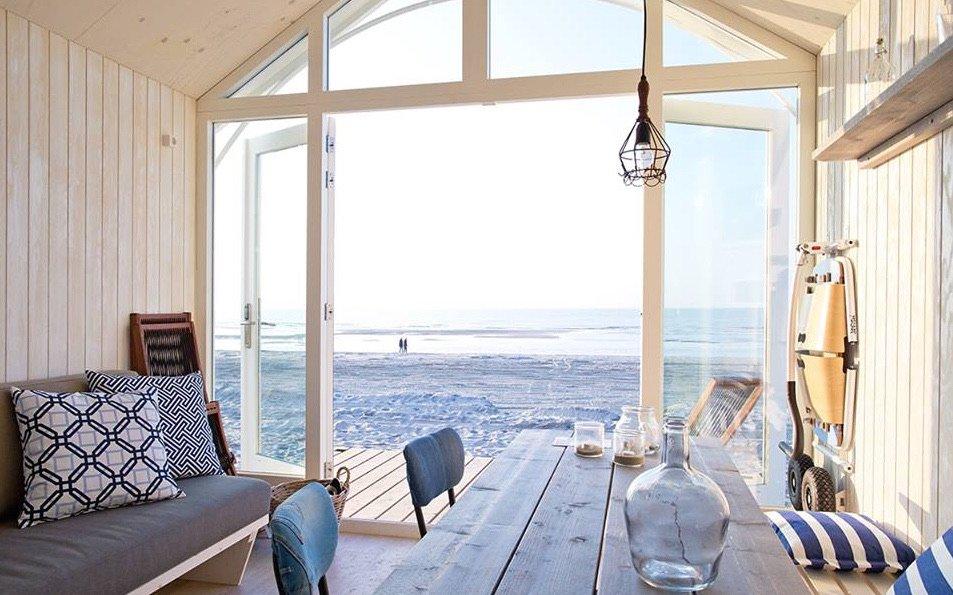 Zicht op het strand vanuit het strandhuisje bij Den Haag