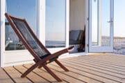 Ligstoel op het terras van een strandhuisje