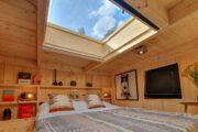 Slaapvide met een groot raam boven het bed