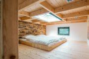 Slaapvide met een tweepersoons bed en een grote glazen koepel boven het bed