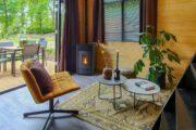 Zithoek met okergele fauteuil in het XL Tiny House