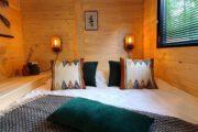 Slaapkamer met tweepersoons bed in het tiny house in Maasduinen