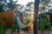 Hangmat in de tuin bij de tiny houses