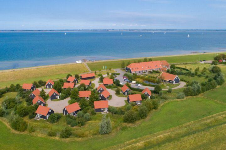 Luchtfoto van de vakantiehuizen in Zeeland