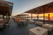 Restaurant met groot terras bij de ondergaande zon