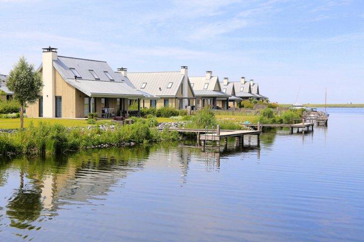 Rijtje vakantiehuizen met eigen aanlegsteiger
