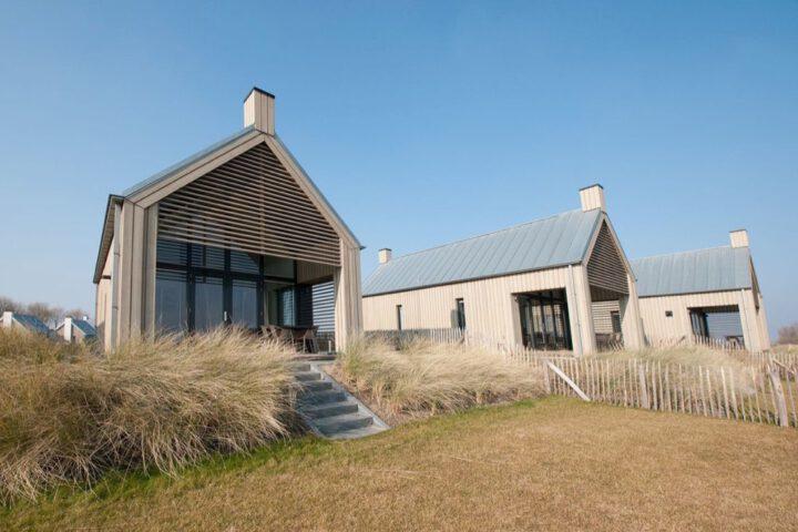 Vakantiehuizen op een park in Zeeland, met helmgras voor de deur