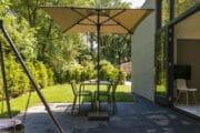Terras met parasol bij de Suitelodge