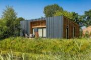 Strakke kubusvormige vakantiehuizen in het Gooi