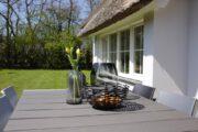 Tuinmeubilair bij het witte vakantiehuisje op Texel