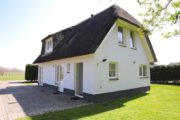 Vakantiehuisje met rieten dak op een vakantiepark op Texel