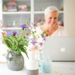 Marleen Brekelmans achter haar laptop