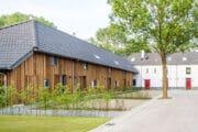 Rijtje vakantiehuizen op een park bij Maastricht
