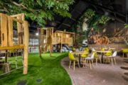 Overdekte speeltuin met terras