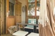 Overdekt terras met eethoek en hangmat
