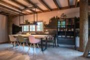 Eetkamer in een luxe boomhut