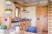 Houten keukenblok in een boomhut