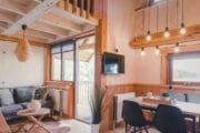 Interieur boomhut met veel hout