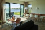 Woonkamer met zicht op het Lauwersmeer