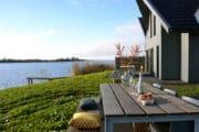 Terras bij het vakantiehuis aan het Lauwersmeer