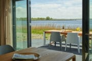 Terras bij de vakantievilla aan het Lauwersmeer